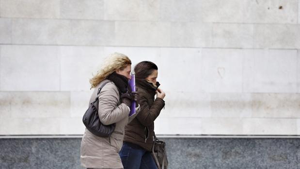 Dos mujeres se protegen del frío en Valencia en una imagen de archivo