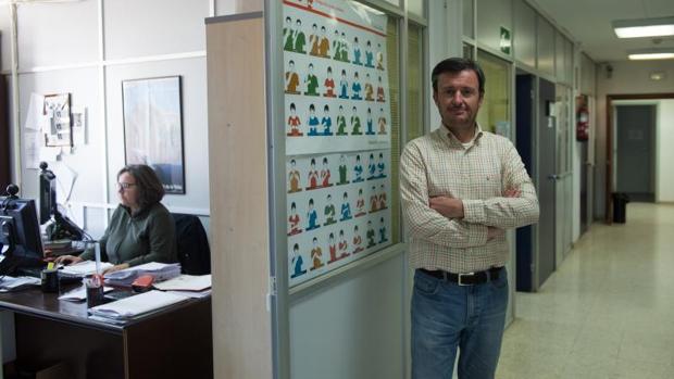 Antonio Martínez posa, ayer, para ABC desde la sede de Fesoca