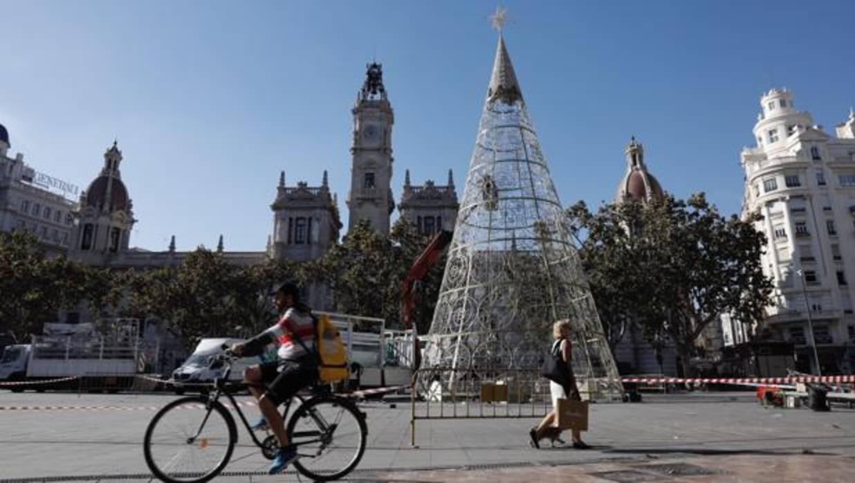 Valencia ya tiene su rbol de navidad 2017 en la plaza del for Adornos de navidad walmart 2017