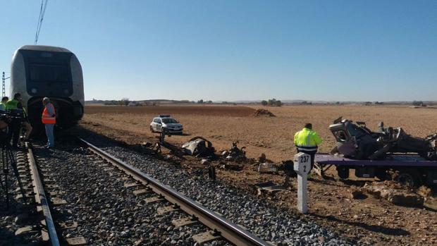 El accidente se ha producido en un paso a nivel en la línea férrea Ciudad Real-Alicante, a la altura de Bolaños de Calatrava, en Ciudad Real