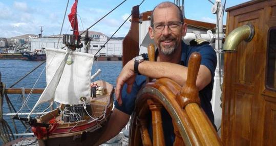 Tripulante del «Christian Radich» en tareas de «mantenimiento» del «Adventure» en las islas