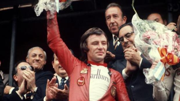 El piloto Ángel Nieto celebra su títuo de campeón del mundo en 1972