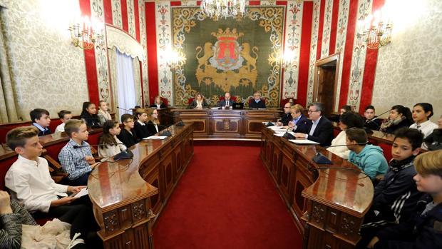 Un momento de la sesión plenaria infantil de la Corporación de Alicante, con el alcalde al fondo