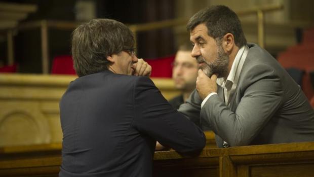 Carles Puigdemont junto a Jordi Sànchez en el Parlament