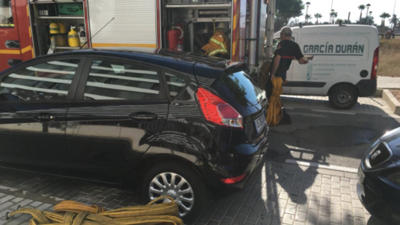 Un incendio a 750 grados de temperatura obliga a desalojar un edificio de diez plantas en El Campello