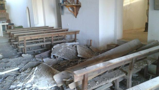 Falso techo de la iglesia de Tabanera la Luenga caído sobre los bancos del templo