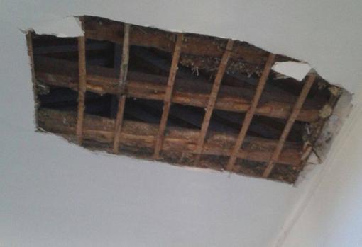 Agujero en el techo tras el desplome