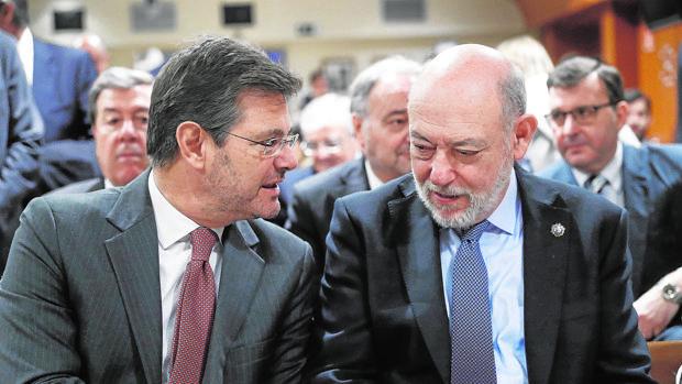 Rafael Catalá con José Manuel Maza, el 7 de febrero en los premios de la prensa jurídica
