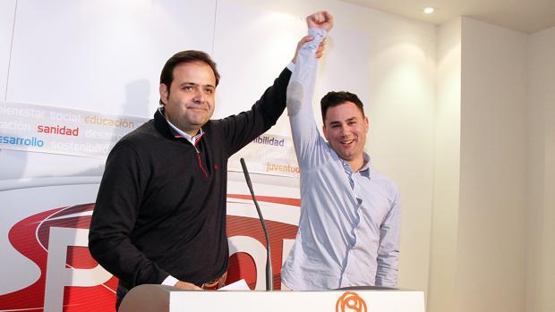 Celestino Rodríguez celebra con Javier Alfonso Cendón su victoria en la primarias del PSOE de León
