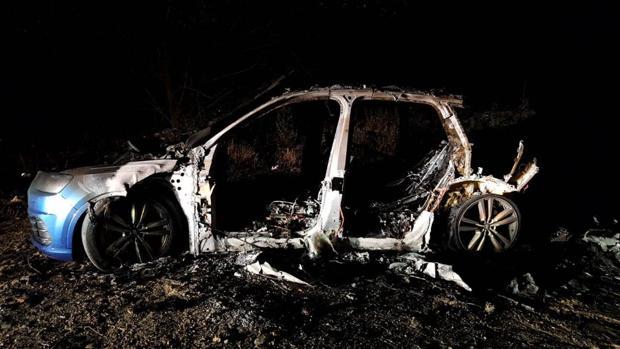 El vehículo desde el que tirotearon a la Guardia Civil, tras ser quemado y abandonado en Arganda