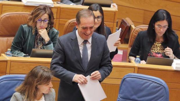 El conselleiro de Facenda, Valeriano Martínez, en el Parlamento