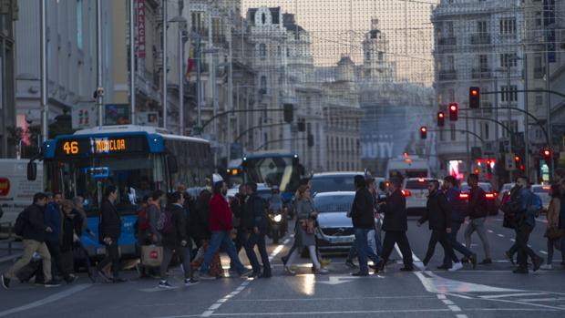 Peatones por la Gran Vía, todavía sin estar cerrada al tráfico