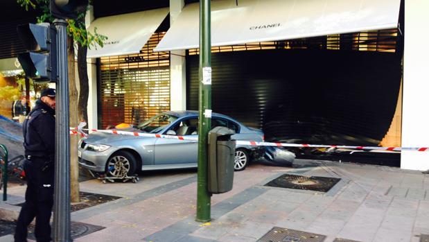 El coche empotrado en el escaparate de la tienda