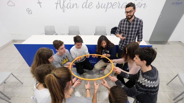 Un grupo de adolescentes trabajan en una actividad en el colegio La Salle de Valladolid