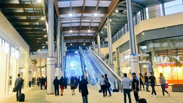Las escaleras incluyen pantallas LED y está diseñado para que el cliente evite la lluvia en los laterales