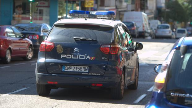 Un coche de la Policía Nacional patrulla por las calles de Madrid