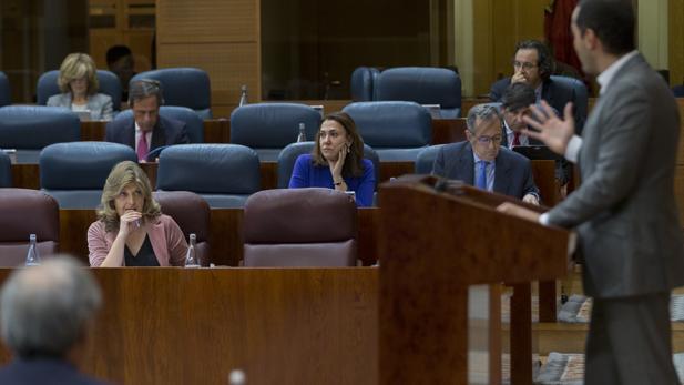 Engracia HIdalgo, consejera de Hacienda, escucha a Ignacio Aguado (Cs), partido con el que han acordado los presupuestos de 2018