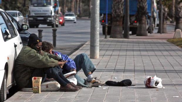 Dos vagabundos en una calle del centro de Alicante, en imagen de archivo