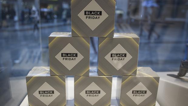 Un escaparate con adornos del «Black Friday» en el centro de Madrid, el año pasado
