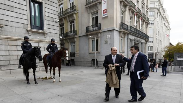 Andoni Ortuzar y Aitor Esteban a su llegada ayer al Congreso