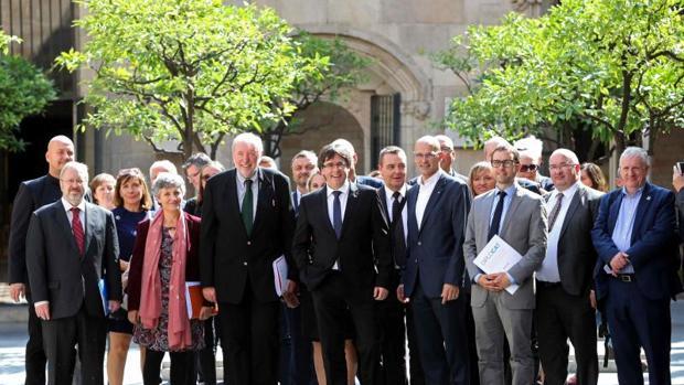 Puigdemont posa el pasado septiembre junto a una delegación de países europeos enviados para seguir el 1-O