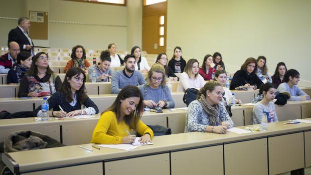 Opositores de enfermería durante la celebración de un examen, en una imagen de archivo