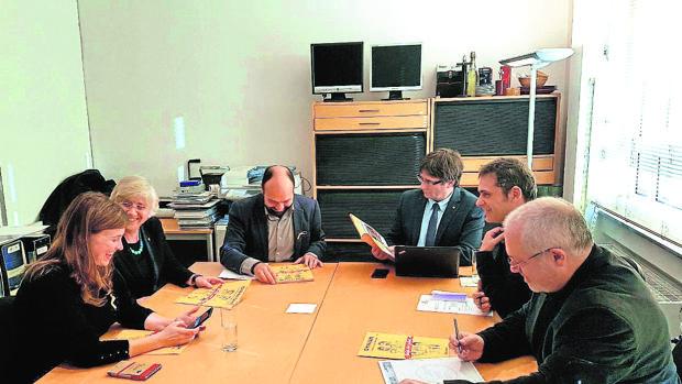 Puigdemont en una reunión con sus colaboradores en Bruselas