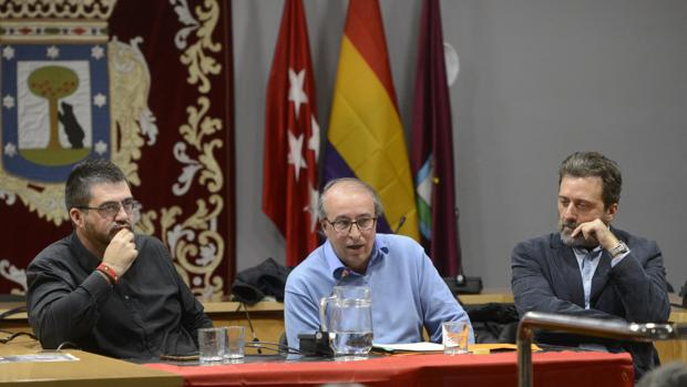 Sánchez Mato (izquierda) y Mauricio Valiente (derecha) escuchan al moderador de la mesa