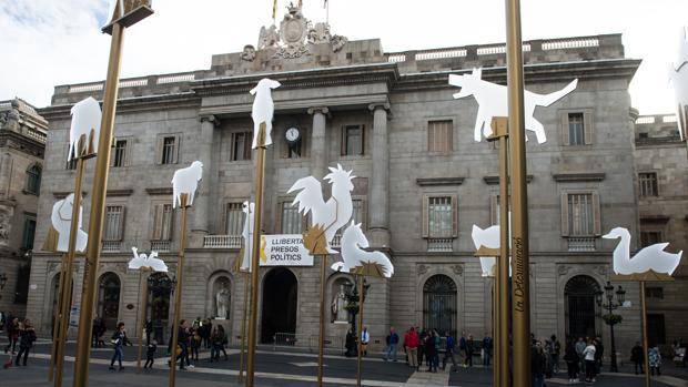 Pancarta reclamando la libertad de los presos en la fachada del Ayuntamiento