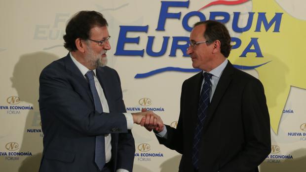 El presidente del Gobierno, Mariano Rajoy (izda) junto al líder del PP del País Vasco, Alfonso Alonso