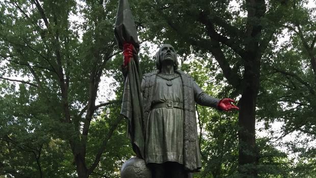 Estatua de Colón con las manos pintadas de rojo sangre en Central Park