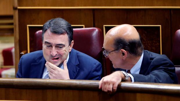 El portavoz del PNV en el Congreso y el diputado del PNV Mikel Legarda Uriarte, conversan durante el pleno