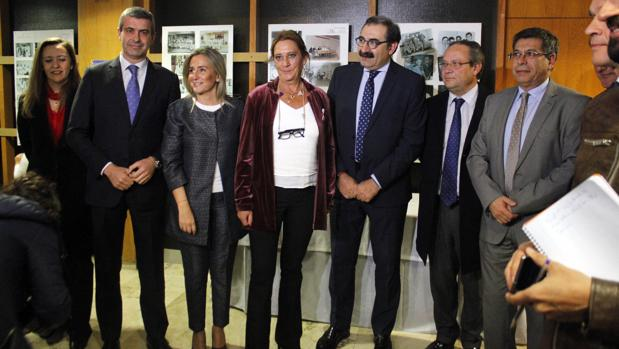 Valle Martín, en el centro de la imagen, arropada por numerosos políticos en la presentación
