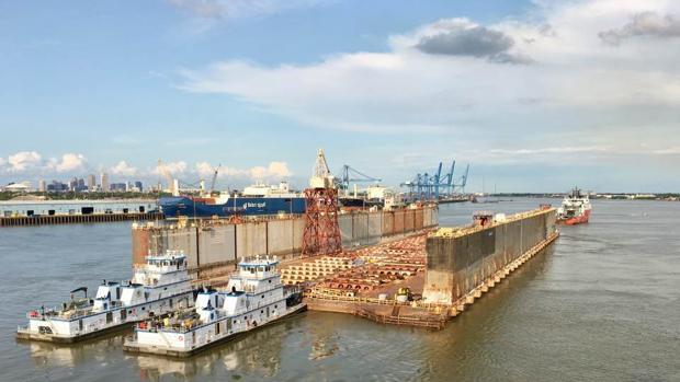 El dique seco Aondale saliendo de Nueva Orleans