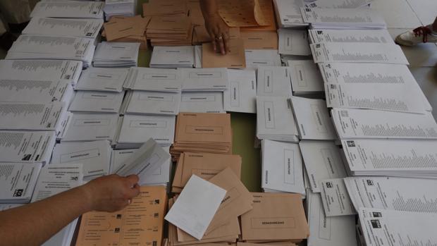 Papeletas en un colegio electoral en las generales de 2016