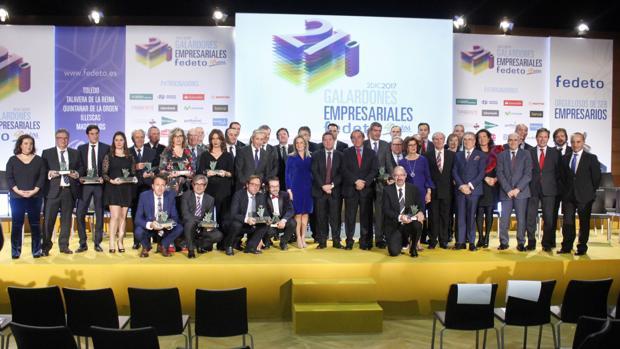 Fotografía de familia de los premiados y autoridades