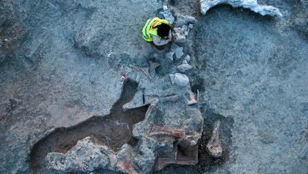Una investigadora trabaja en uno de los restos encontrados en el yacimiento de Lo Hueco