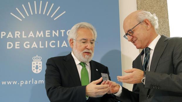 El fiscal superior de Galicia entrega la memoria anual de la institución al presidente del Parlamento