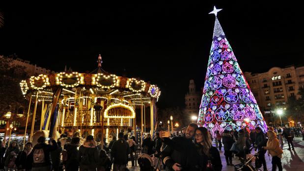 La plaza del Ayuntamiento de Valencia, iluminada con luces de Navidad este 2017