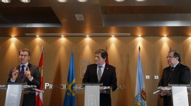 Feijóo, Fernández y Herrera, ayer durante la firma de la declaración institucional