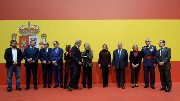 La presidenta Cifuentes, la delegada del Gobierno Concha Dancausa y la alcaldesa Carmena, junto a los portavoces de los partidos y la represnetación civil y militar, en Sol