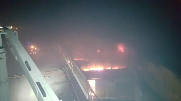 un incendio destruye tres naves de una empresa de