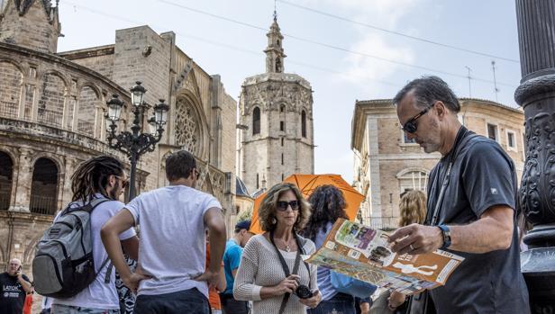 Imagen de archivo de un grupo de turistas tomada en la ciudad de Valencia