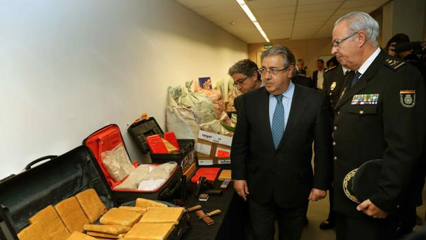 Zoido y el jefe superior de Policía de Cataluña, Sebastián Trapote, muestran el alijo