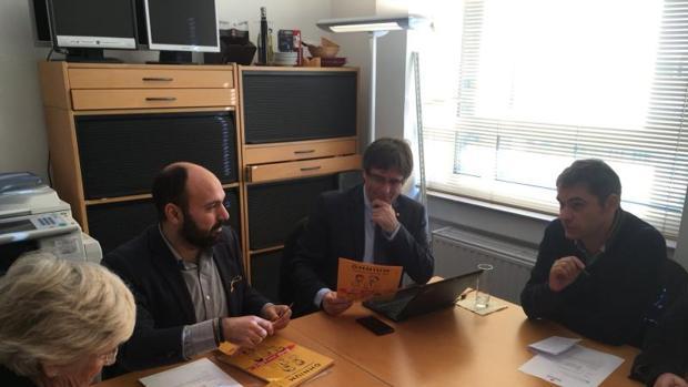 Reunión de Puigdemont y los consejeros fugados, en Bruselas con represnetantes de Ómnium en noviembre