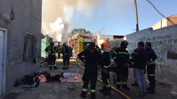 Los bomberos trabajan en la extinción por las llamas