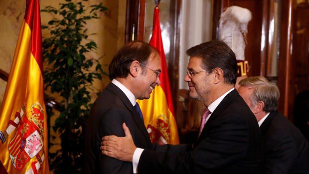 El ministro de Justicia, Rafael Catalá, saluda al presidente del Senado, Pío García-Escudero