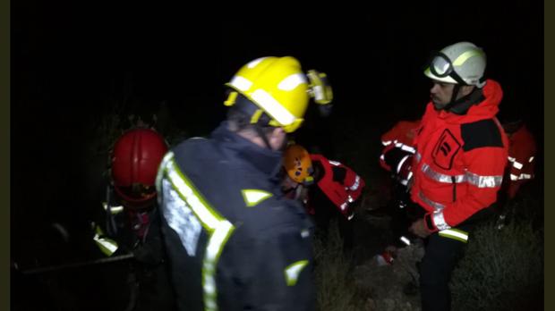 Efectivos participantes en el rescate, junto al herido