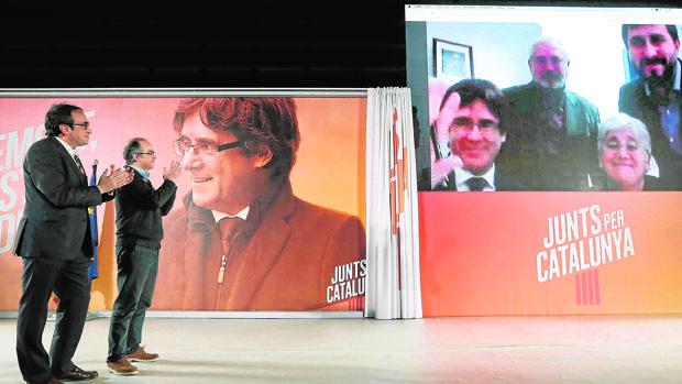 Jordi Turull y Josep Rull (i) hablan por videoconferencia este martes con Puigdemont, Puig, Comín y Ponsatí
