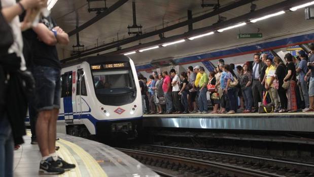 La estación de Metro de Sol, abarrotada de gente